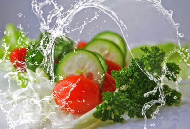 Uprawa warzyw przez cały rok. Czy lepiej prowadzić ją w tunelu foliowym czy w szklarni przydomowej