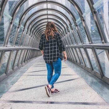Co nosić do wąskich jeansów, jegginsów, legginsów